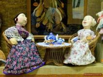 Kaufmannsfrauen beim Teetrinken
