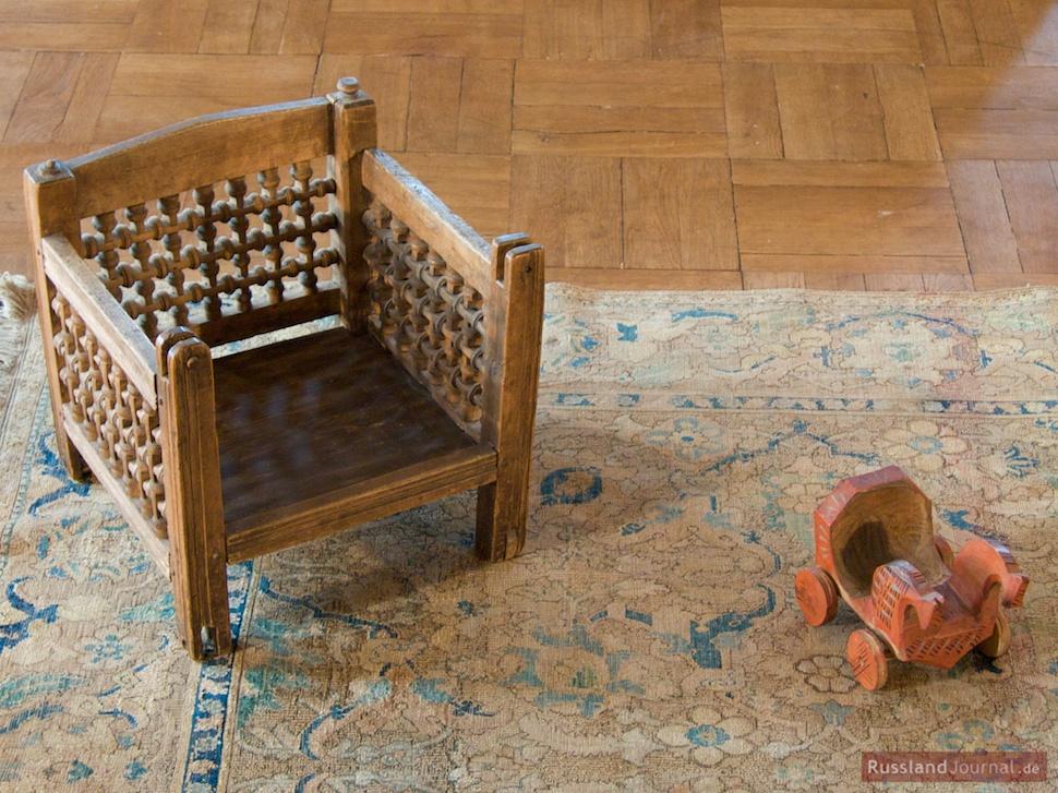 Kinderstühlchen auf dem Perserteppich (Anfang 18. Jh.)