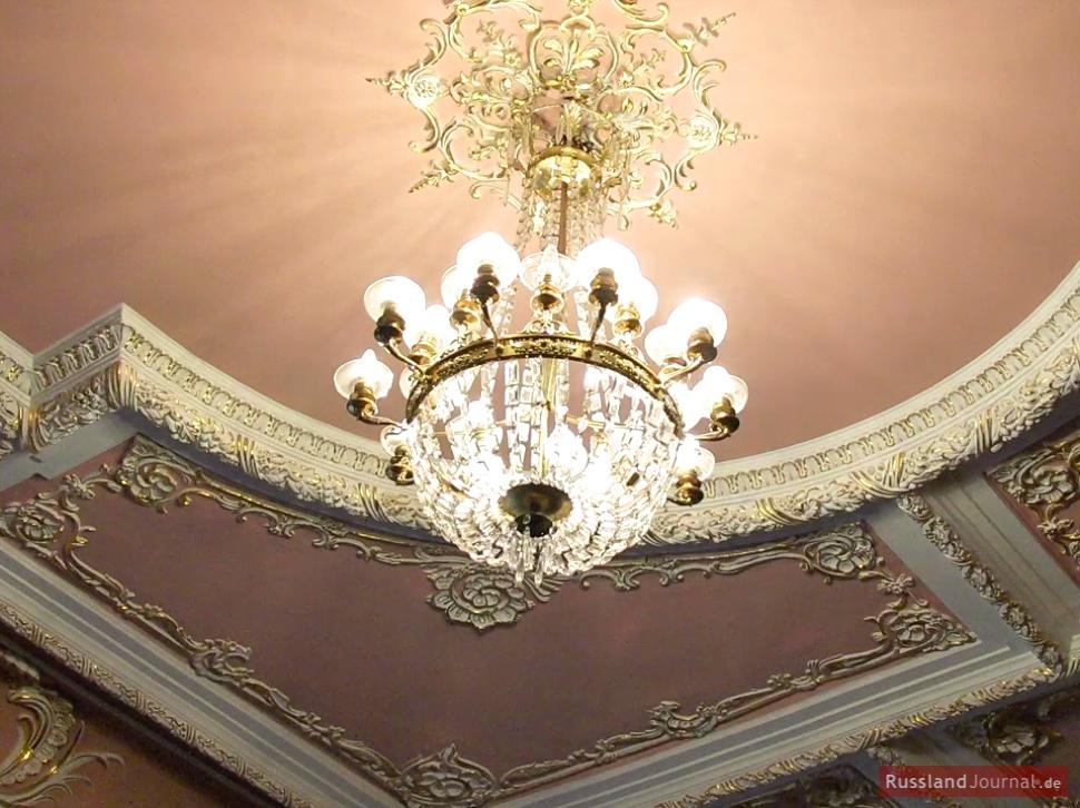 Kronleuchter im Roten Salon des Kleinen Saals