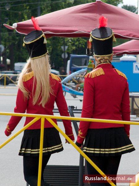 Zwei junge Frauen in kurzen Röcken