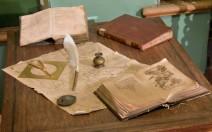 Alte Bücher und Karten auf dem Tisch