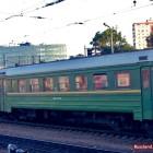grüner Wagen eines russischen Zuges