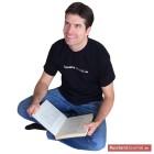Mann mit Buch beim lernen