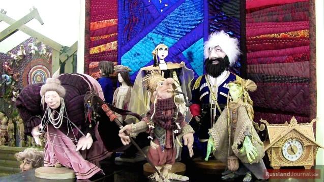 Patchwork und Puppen im Eingangsbereich des Puppenmuseums