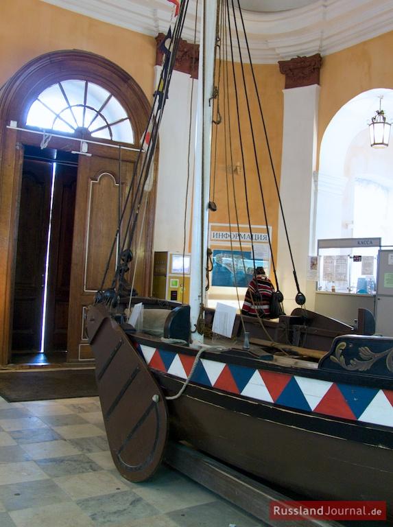 Kopie des ersten Bootes von Peter des Großen im Bootshaus der Peter-Paul-Festung