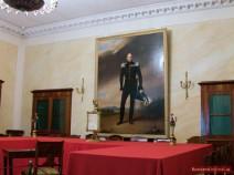 Gerichtssaal mit dem Portrait des Zaren Alexander I.