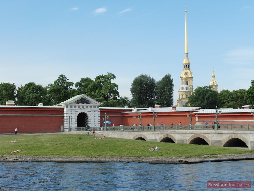 Haupteingang der Peter-Paul-Festung von der Johannesbrücke