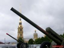 Kanonen auf der Mauer der Naryschkin-Bastion in der Peter-Paul-Festung