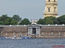 Das Newa-Tor führt vom Wasser direkt in die Peter-Paul-Festung