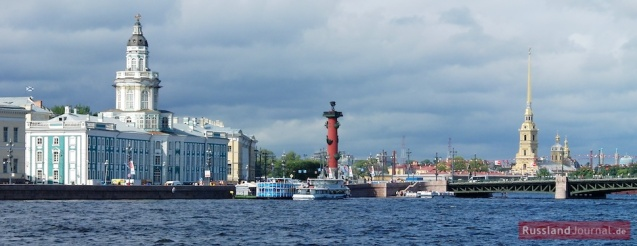 Blick von der Newa auf die Kunstkammer, die Rostra-Säulen und die Peter-Paul-Festung