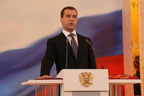 Dmitrij Medwedew legt den Amtseid als Präsident von Russland ab.