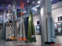 Rettungsrakete neben dem Modell der Sojus-Trägerrakete