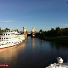 Schiff auf dem Fluss verläßt Schleuse