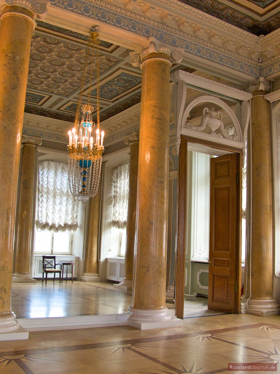 Der Spiegel lässt die Kronleuchter und Säulen rund erscheinen