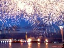 Großes Feuerwerk über der Newa