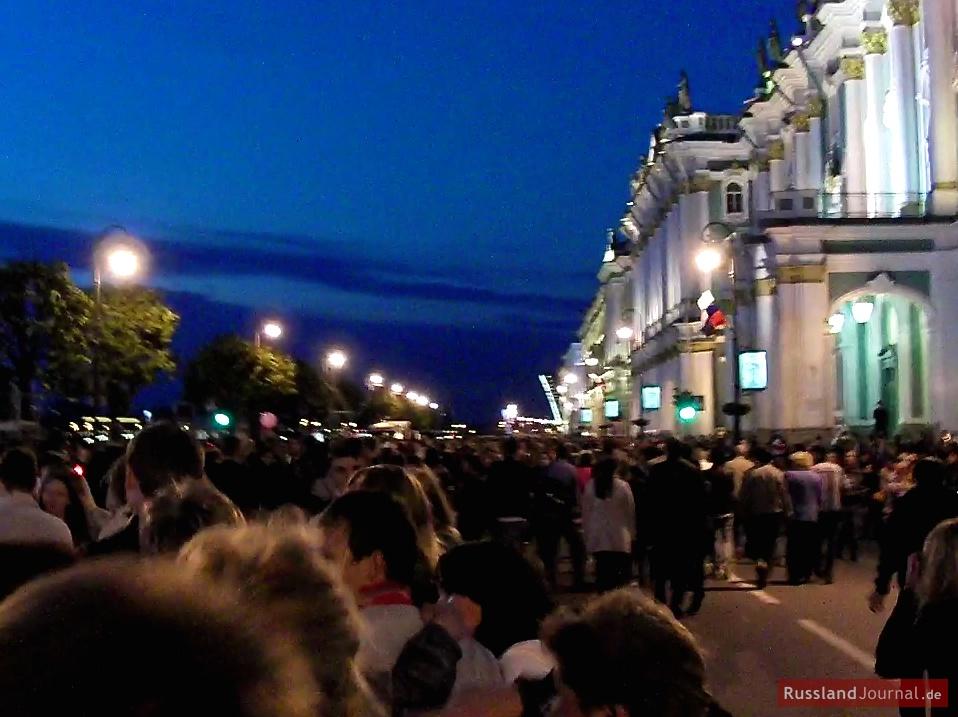 Menschenmenge auf der Uferpromenade