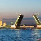 Blick auf die Schlossbrücke und die Peter-Paul-Festung zur Zeit der weißen Nächte in St. Petersburg