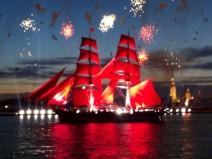 Segelschiff vor Peter-Paul-Festung in Sankt Petersburg