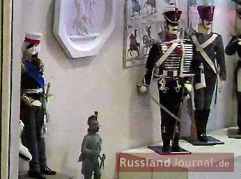 Russische Soldaten in historischen Uniformen