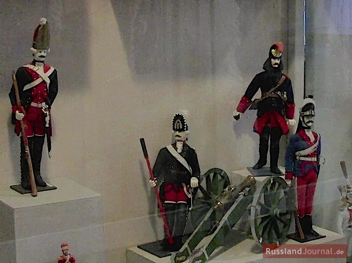 Soldaten der russischen Armee mit Schusswaffen und Kanone