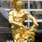 Die Samson-Fontäne in Peterhof bei St. Petersburg: Samson reisst dem Löwen das Maul auf