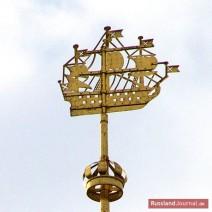 Schiff als Wetterfahne auf der Spitze der Admiralität in St. Petersburg