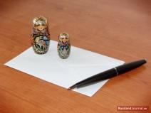 Zwei Matroschkas und Kugelschreiber auf einem Briefumschlag