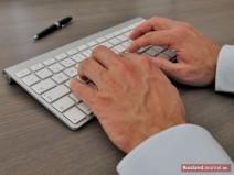 Männerhände tippen auf einer Tastatur