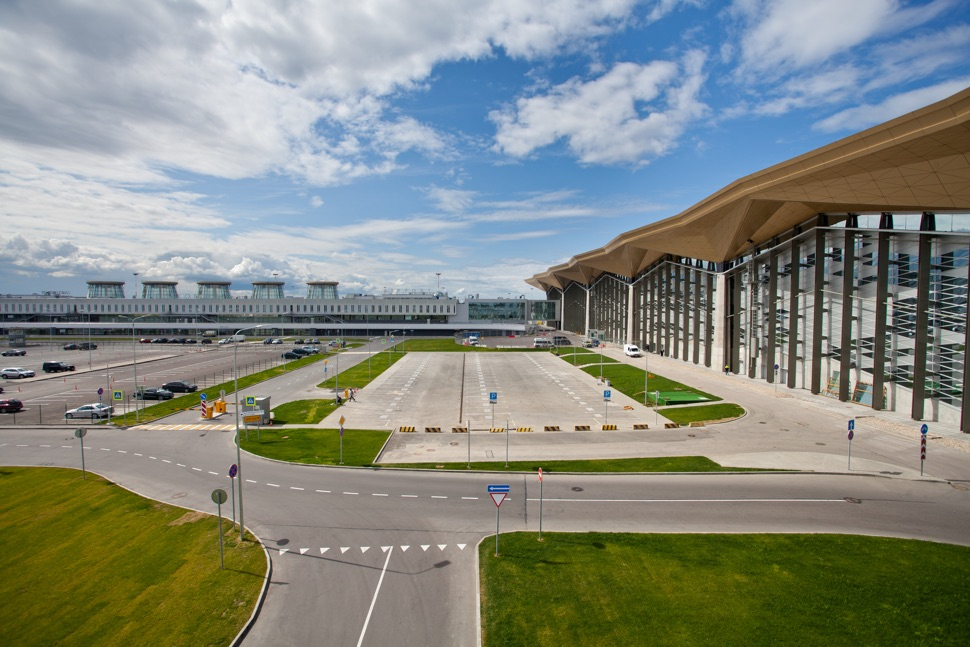 Flughafengebäude Pulkovo mit großem Parkplatz