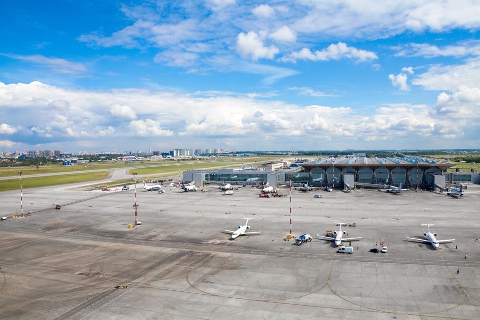 Luftaufnahme vom Flughafen Pulkovo mit Flugplatz, Feld und Wohngebiet