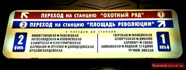 Wegweiser in der Moskauer Metro auf Russisch