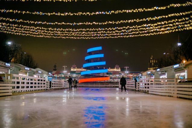Eisbahn 2020 bei Nacht im Gorki-Park