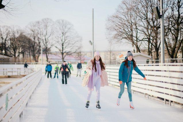 Zwei Eisläuferinnen und mehr Eislläufer im Gorki Park