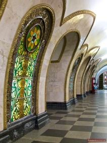 Buntglasscheiben in der Station Novoslobodskaya der Moskauer Metro