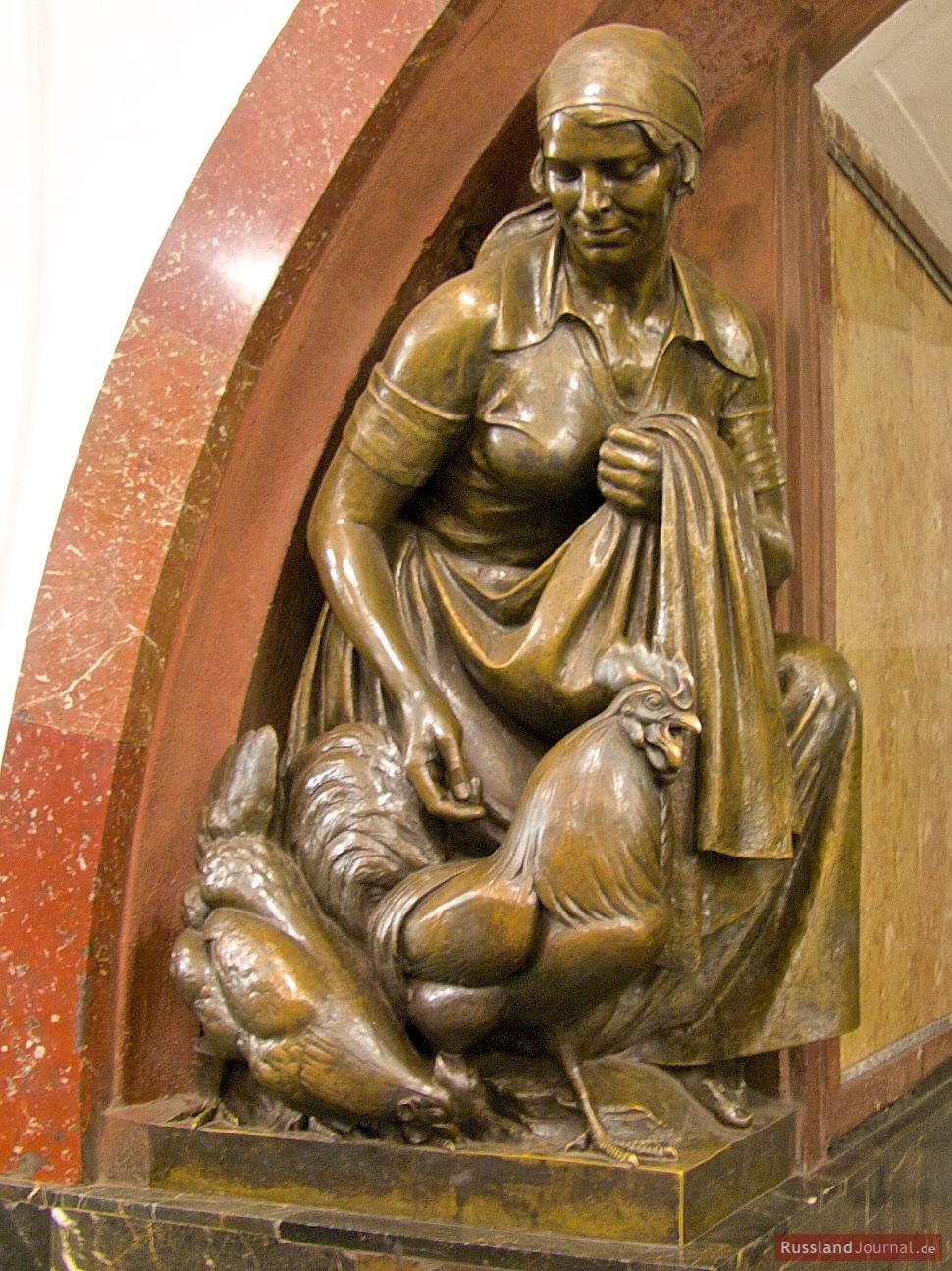 Skulptur Frau mit Hahn in der Station Ploshchad Revolyutsii der Moskauer Metro