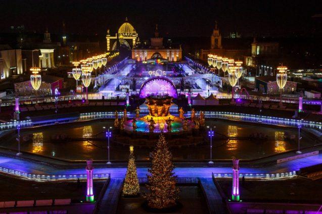 Eisbahn 2020 auf WDNCh in Moskau bei Nacht