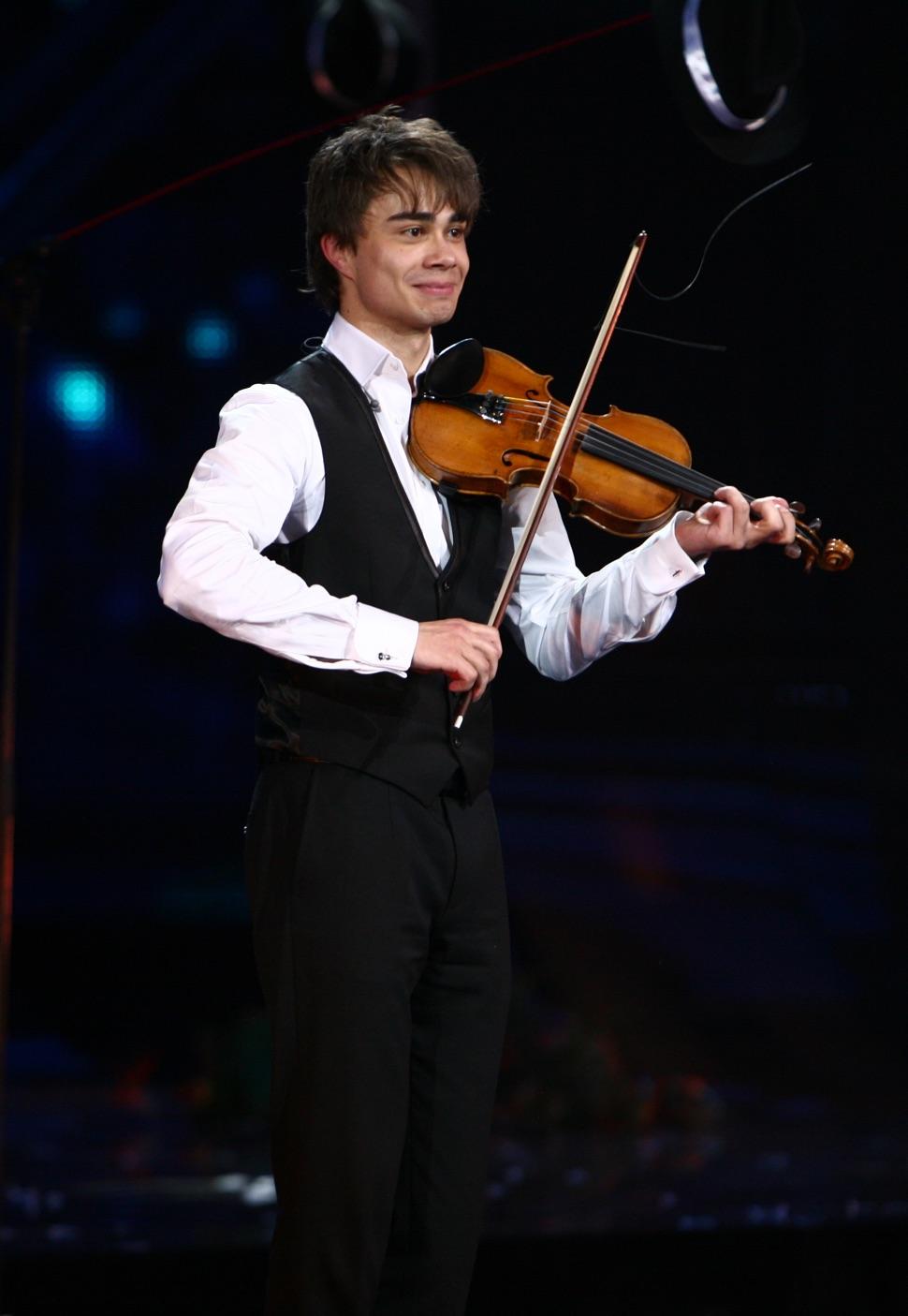 Alexander Rybak, der Gewinner der Eurovision 2009, spielt Geige auf der Bühne