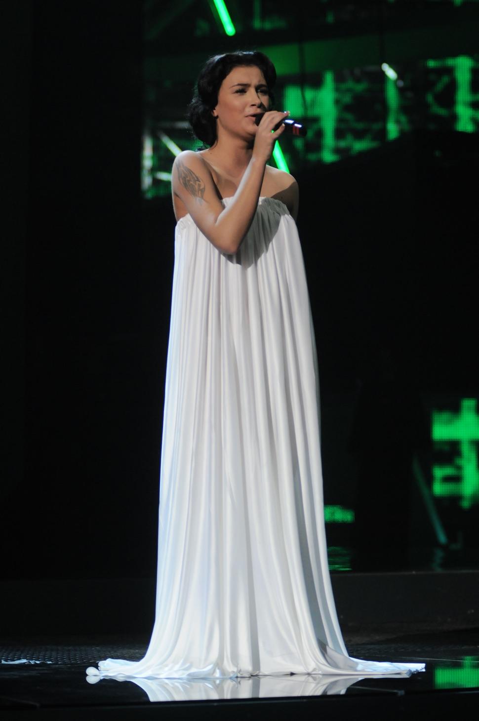 Anastasia Prikhodko im bodenlangen weißen Kleid singt beim ESC 2009
