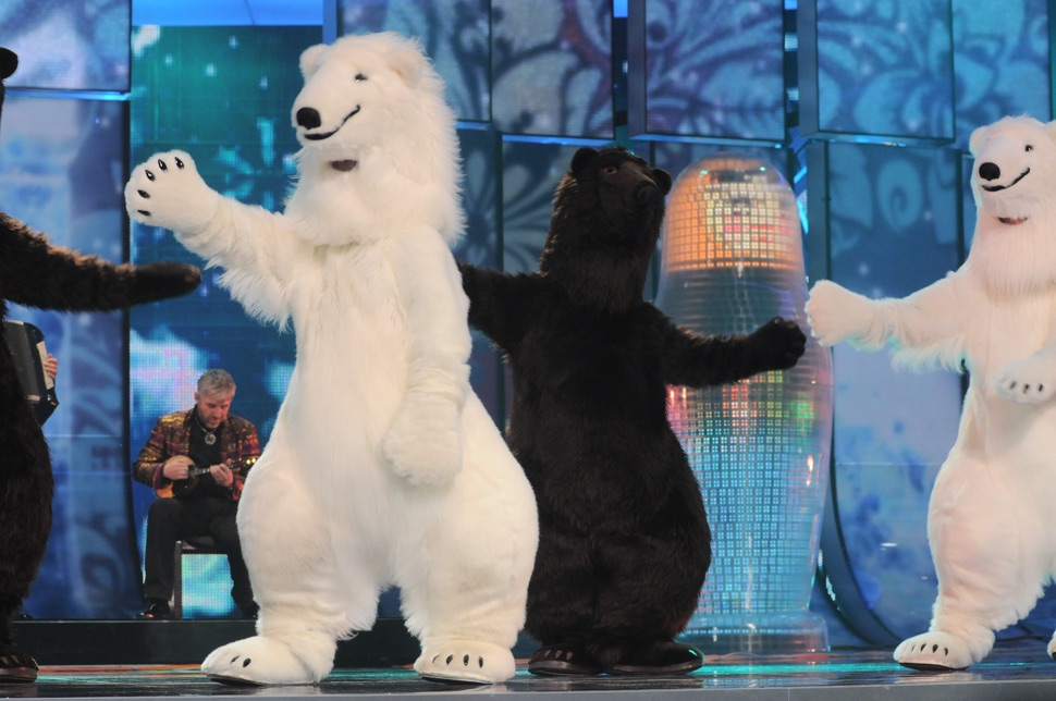 Tänzer in Bärenkostümen tanzen auf der Bühne