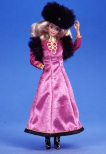 Barbie Russland im fuchsfarbenem Kleid mit schwarzer Fellmütze