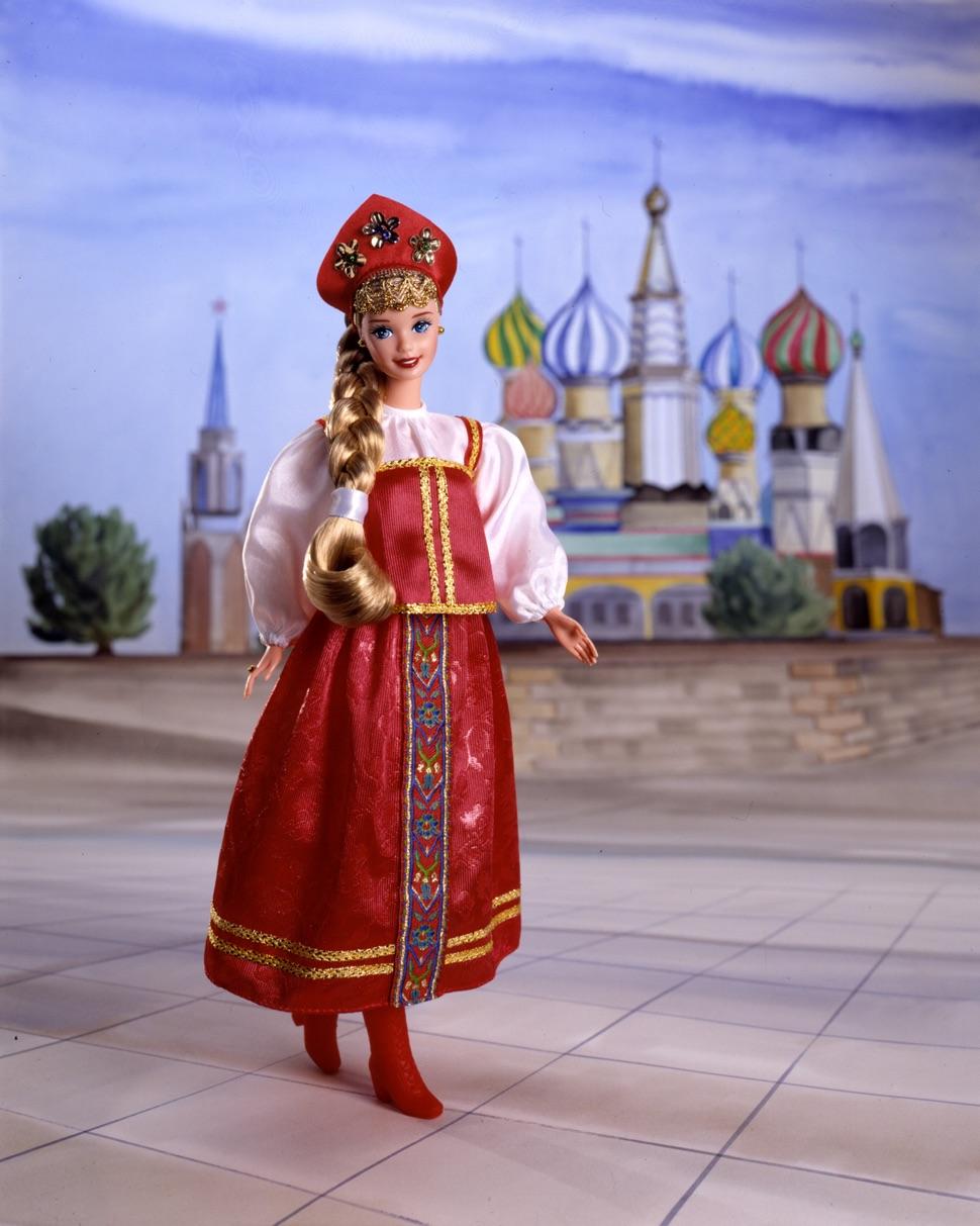 Barbie Russland mit blondem Zopf, mit roter Krone, im roten Sarafan und weißer Bluse