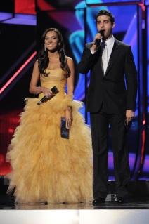 Alsou im gelben Kleid und Ivan Urgant im Smoking beim Finale der Eurovision 2009