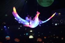 Zwei Mädchen fliegen auf dem Rücken eines beleuchteten Feuervogels