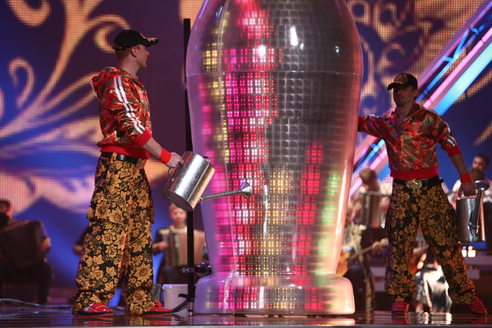 Tänzer in Kostümen im Chochloma-Look