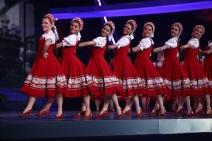 Tänzerinnen in traditionellen russischen roten Sarafanen