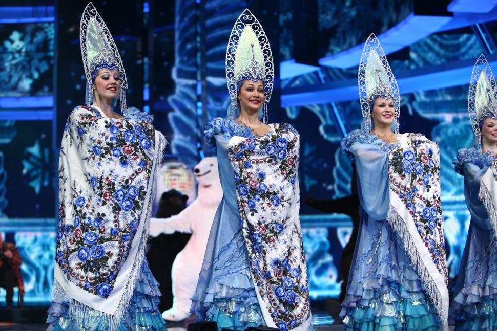 Tänzerinnen mit russischem Kopfputz Kokoschnik