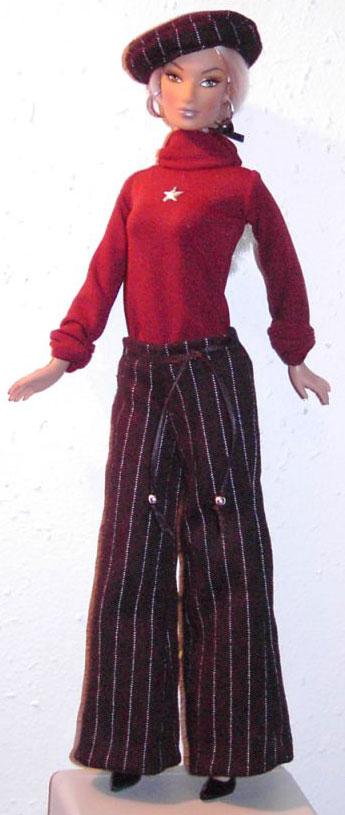 Puppe Larissa trägt roten Pullover mit Sowjetstern, schwarze Hose mit weißen Streifen und Baskenmütze aus dem selben Stoff