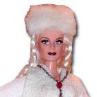 Puppe Nastasja trägt rote Hose, weißen Mantel und weiße Pelzmütze