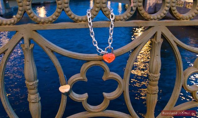 Liebesschlösser an einer Brücke in St. Petersburg