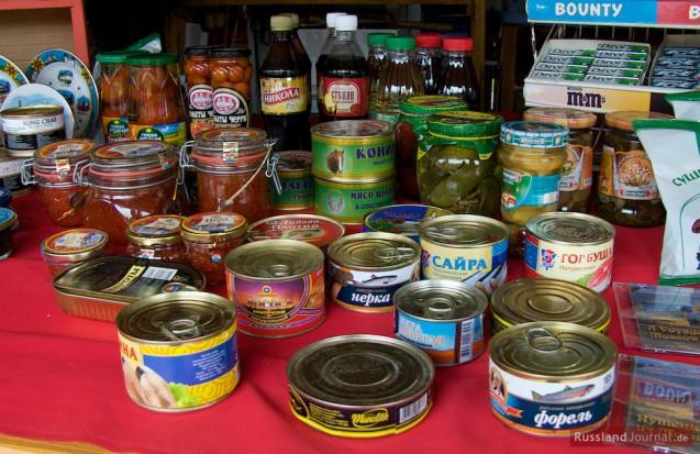 Fischkonserven, Kaviar, eingelegte Gurken und Tomaten, Getränke bei einem Verkaufsstand in Russland